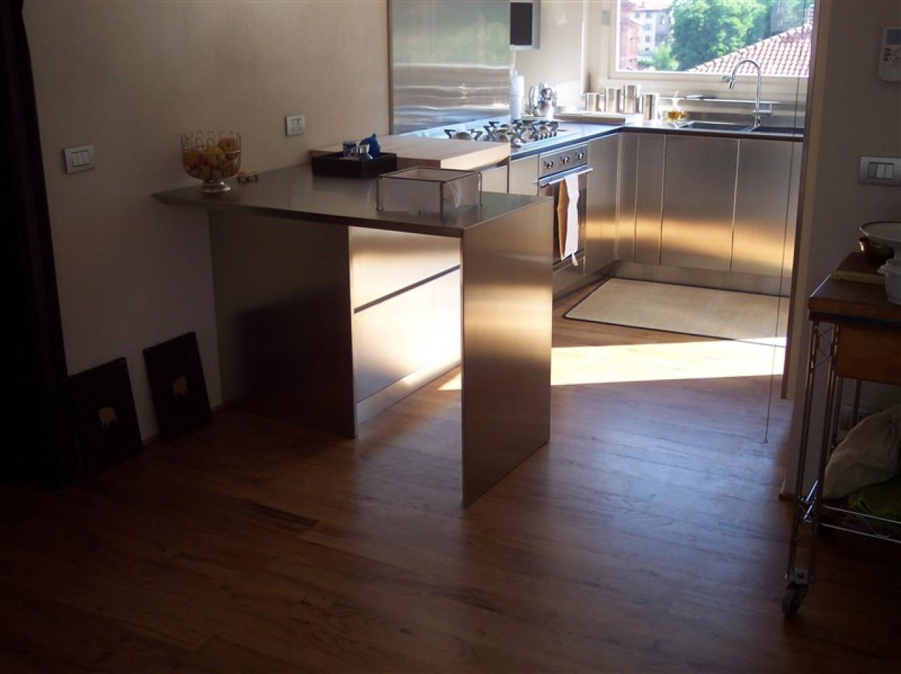 Cucina top bordo inclinato | Progetti Borlina Acciaio