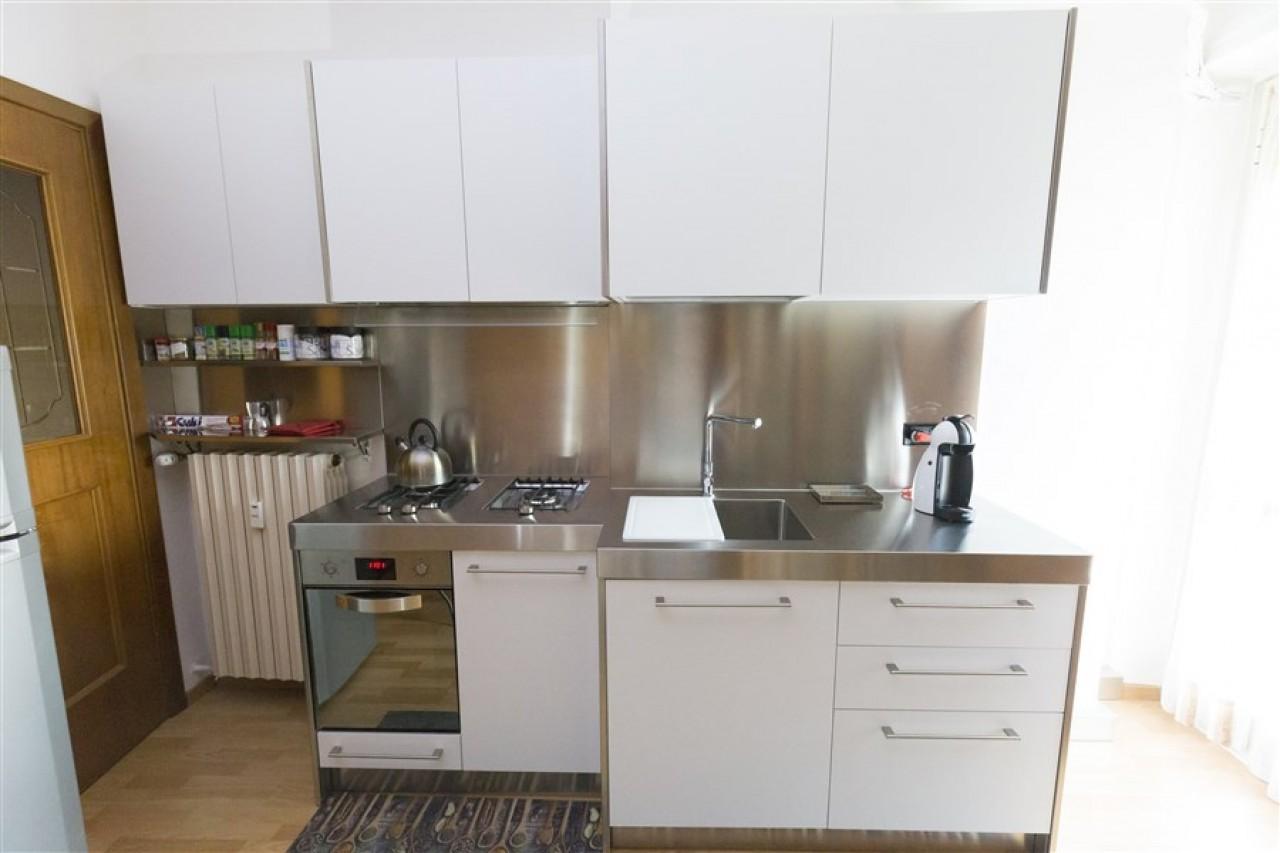 Cucina acciaio cucina laccato laminato con frigorifero americano e pannello retro cucina in - Cucine in acciaio ikea ...
